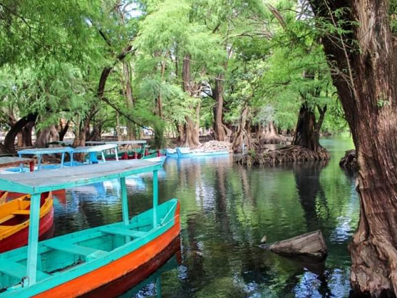 Dan mantenimiento a las instalaciones del lago de Camécuaro