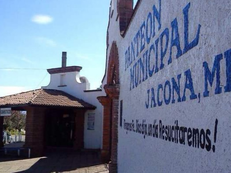Dan mantenimiento al Panteón municipal de Jacona