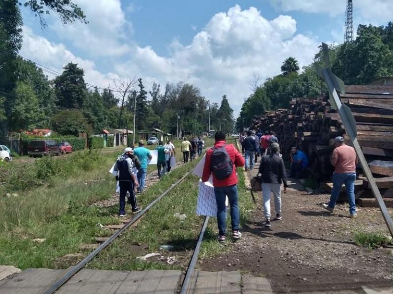 De nuevo maestros bloquean vías del tren; regresan a Pátzcuaro