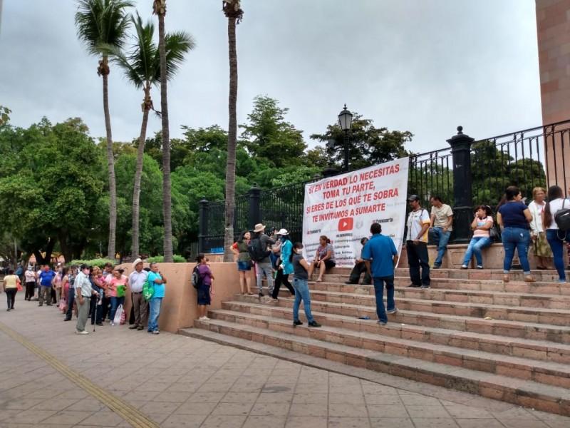 Decenas de personas esperan una despensa en catedral