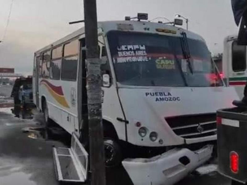 Deja un muerto, choque entre autobús y automóvil en Amozoc