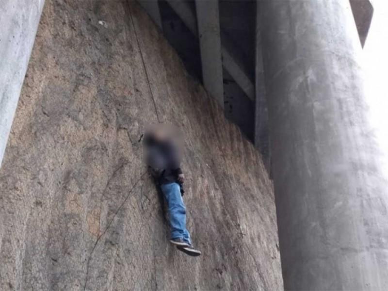 Dejan cadáver colgado en puente de Lomas Verdes