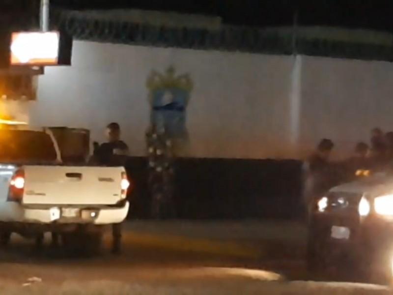 Dejan corona fúnebre al exterior de Seguridad Pública Municipal