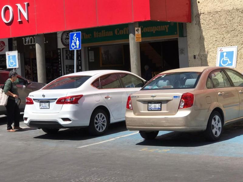Denuncia mal uso de placas para personas con discapacidad