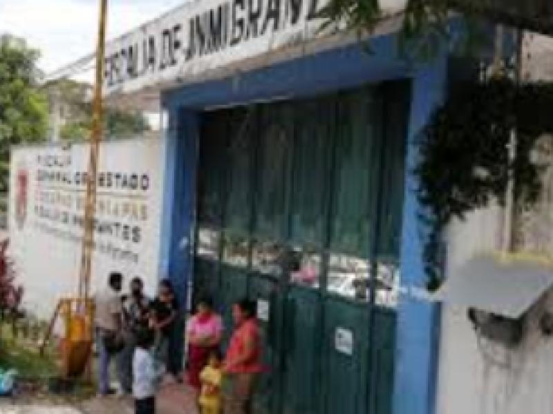 Denuncian a agente municipal por presunta agresión a migrantes salvadoreños