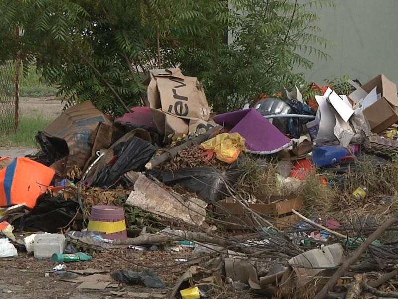 Denuncian acumulación de basura afuera de planteles educativos