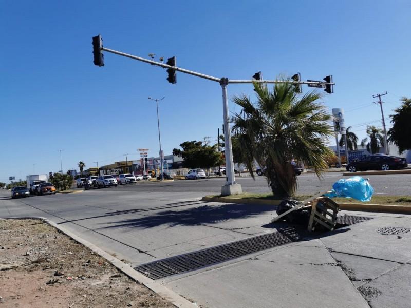 Denuncian alcantarilla abierta sobre el bulevar Adolfo López Mateos