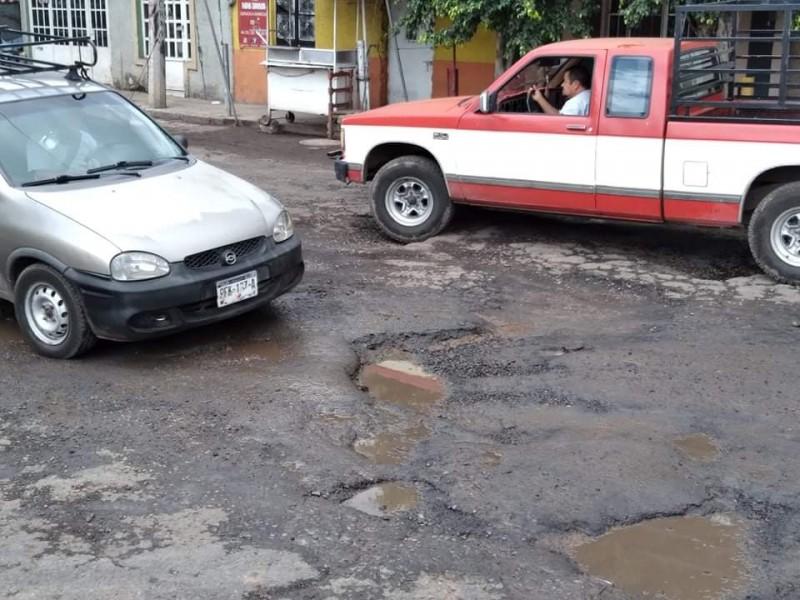 Denuncian automovilistas pésimas condiciones de la avenida Ferrocarril en Zamora