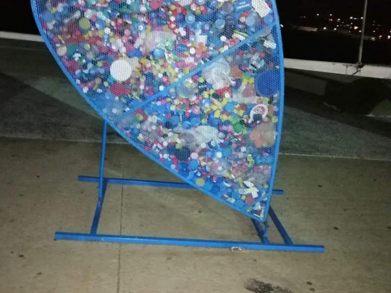 Denuncian basura en corazones de tapitas en el Malecón Turístico