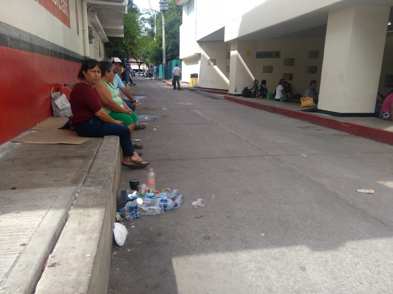 Denuncian colonos falta de higiene fuera de hospital