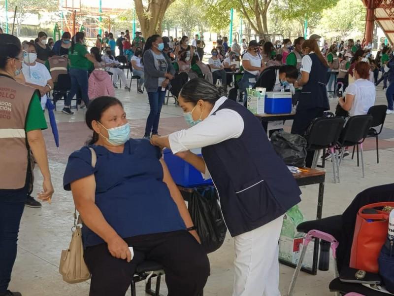 Denuncian desorganización en vacunación a personal de salud