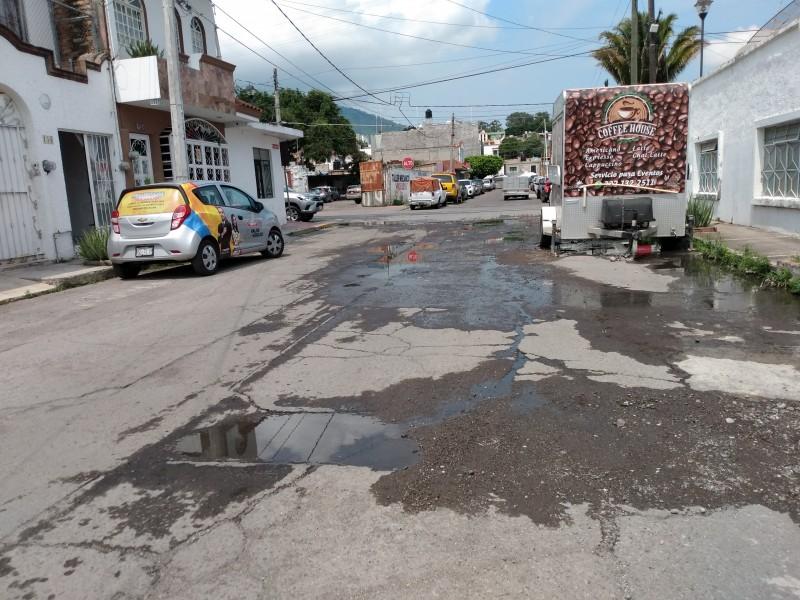 Denuncian encharcamientos de aguas negras en calle Dr.Freyman