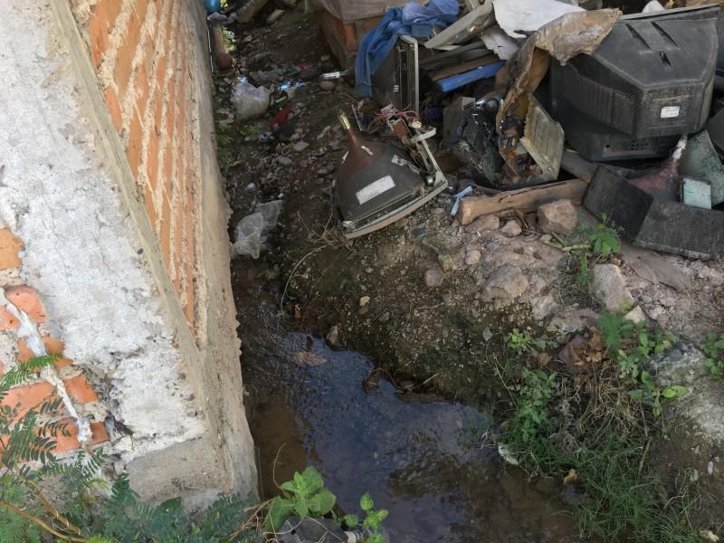 Denuncian fuga de agua en Charay El Fuerte
