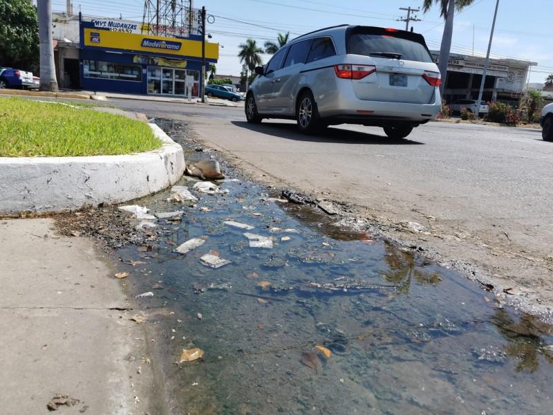 Denuncian fuga de agua en la colonia centro