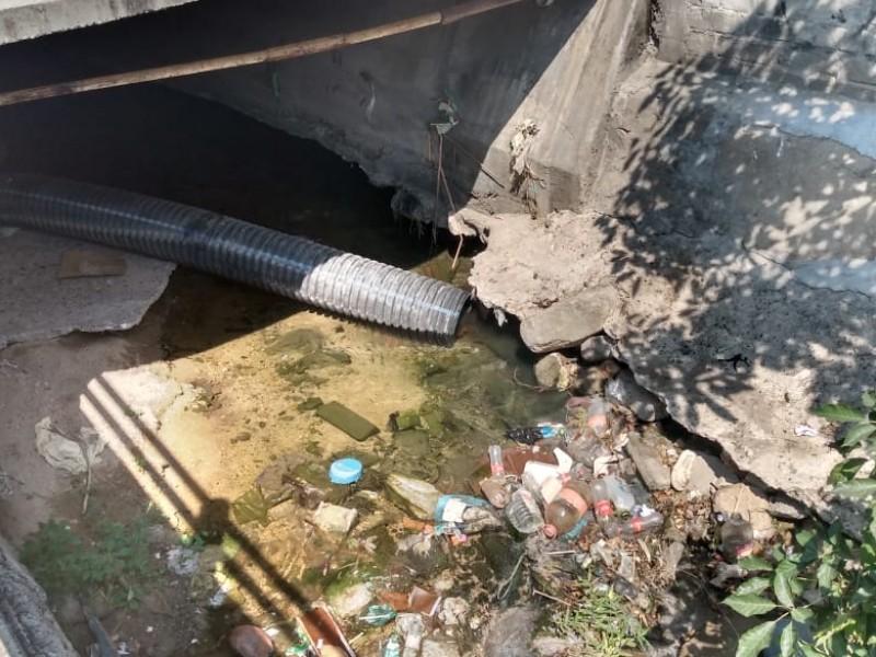 Denuncian fuga de aguas negras en canal subterráneo