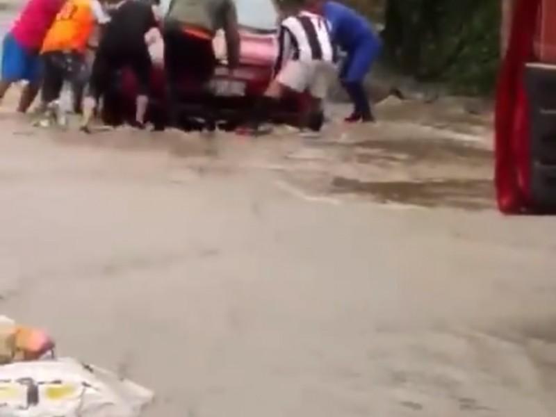 Denuncian inundaciones en camino a San Martín, Jilotepec