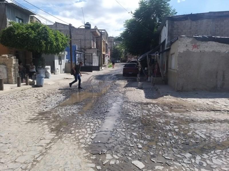 Denuncian río de aguas negras en calle de Tabachines