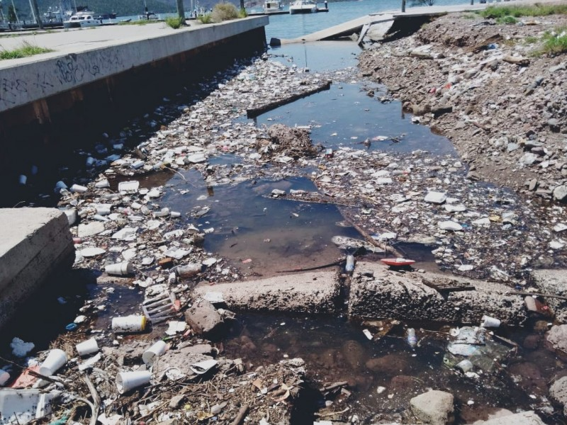 Denuncian toneladas de basura en desagüe de Malecón Turístico
