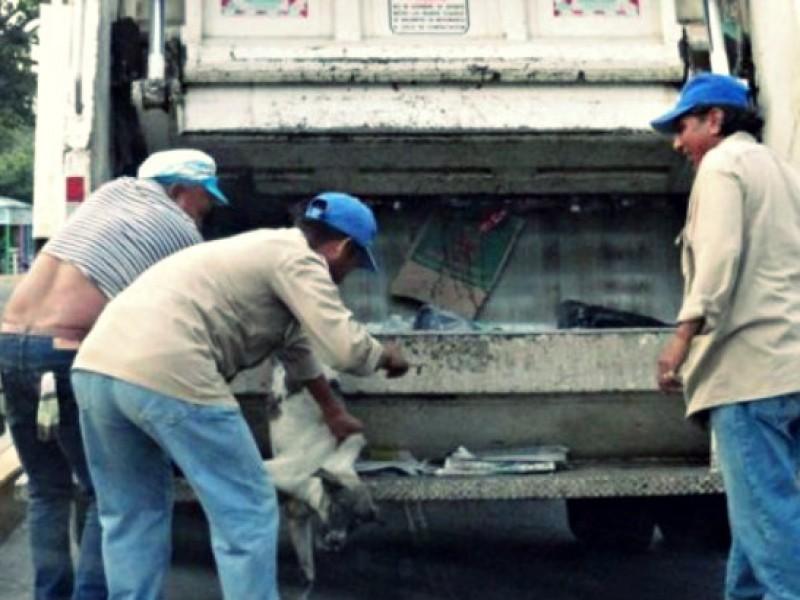 Trabajadores de limpia laboran sin equipo de protección contra Covid-19