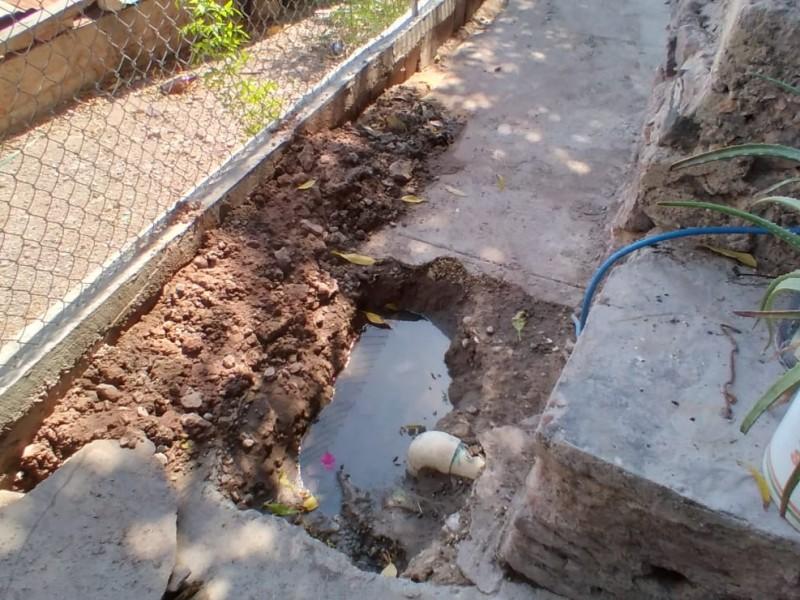 Denuncian vecinos del Caliche filtración de drenaje en viviendas