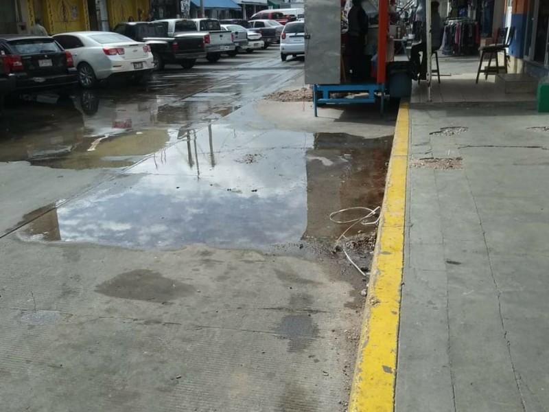 Denuncian vecinos fugas de agua