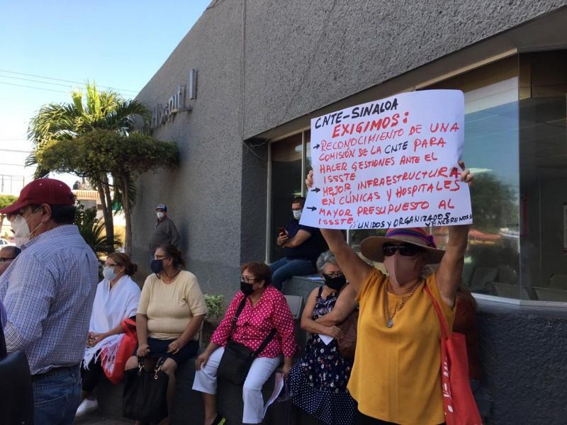 Derechohabientes reclaman se cumpla su derecho a la salud