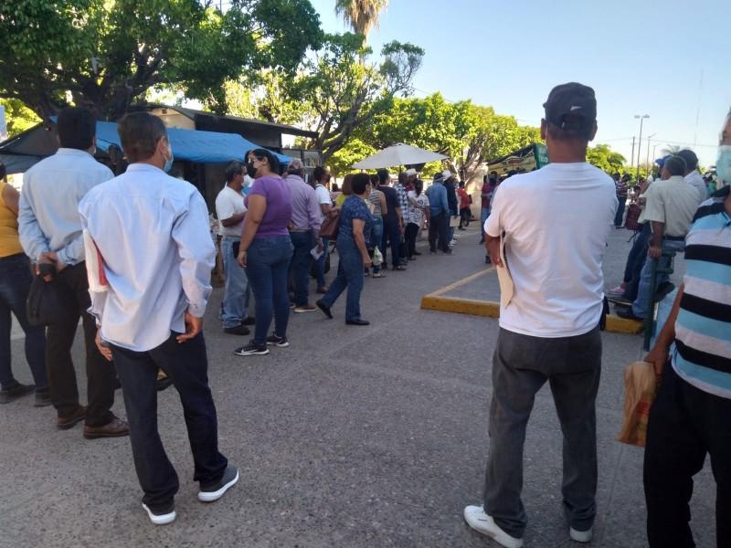 Derechohabientes se quejan de largas filas en el IMSS