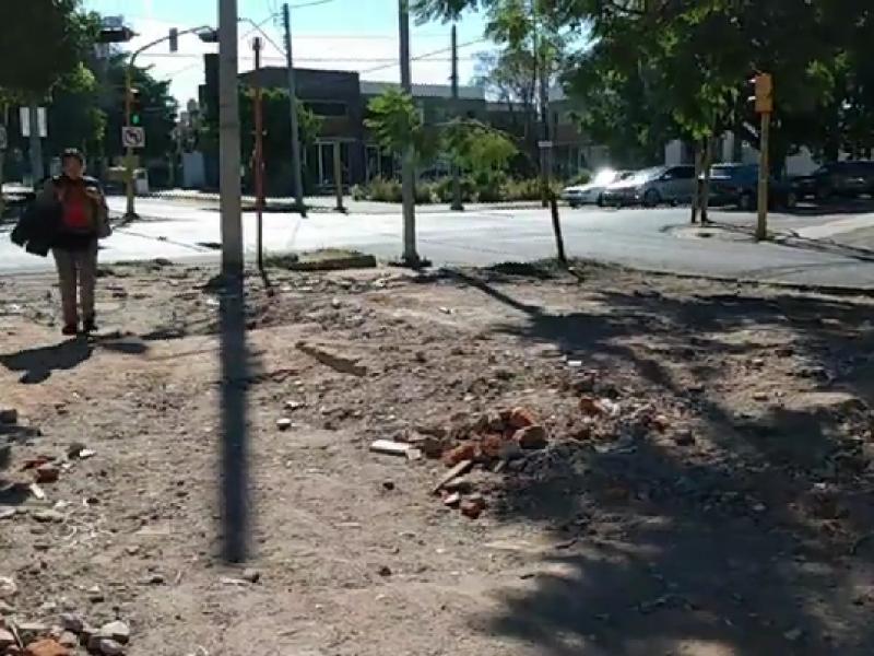 Derriba municipio caseta de policía abandonada