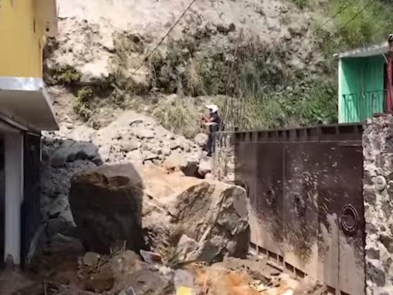 Derrumbe en Cuernavaca afecta 3 casas, 13 familias en riesgo