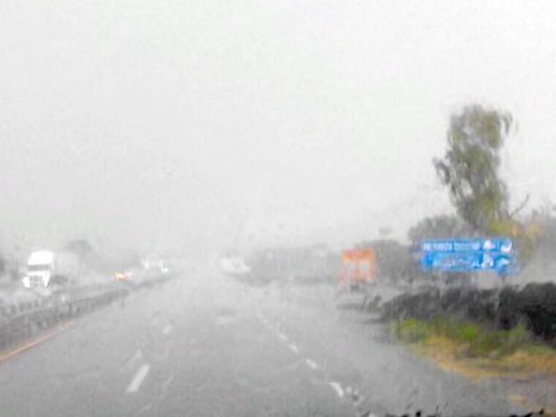 Derrumbes y deslaves en tramos carreteros por lluvias