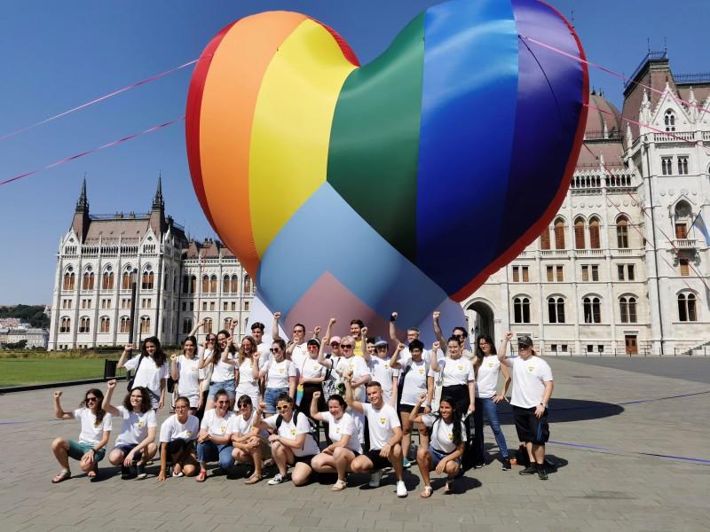Desafían ley homofóbica de Hungría con llamativa manifestación