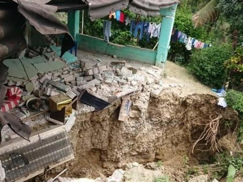 Desalojan a 40 personas por deslave en Hueytamalco