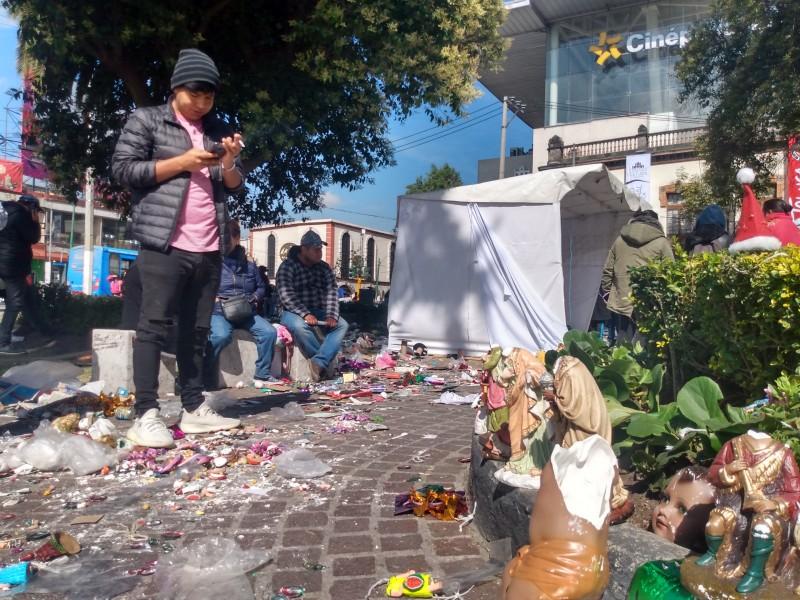 Desalojan a comerciantes de temporada en Toluca