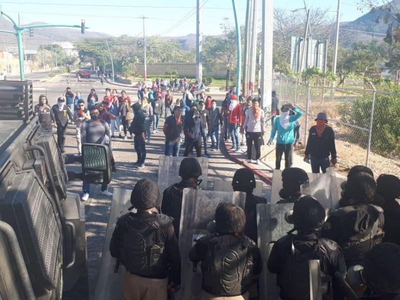 Desalojan a padres de los 43 de Ayotzinapa