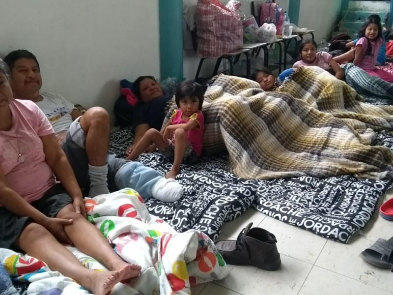 Por desbordamiento, desalojan familias de comunidad Cobos