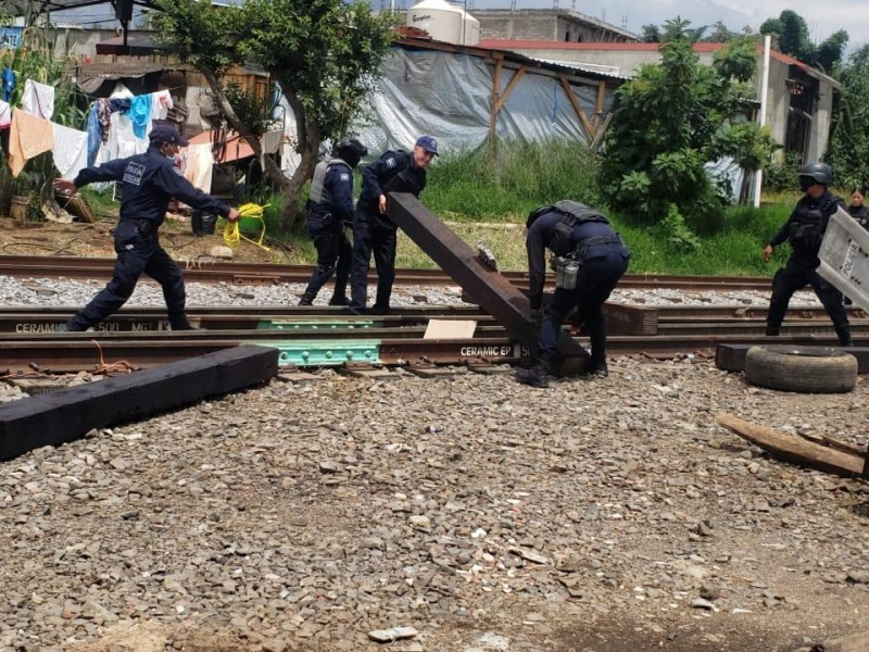 Desalojan las vías del tren en Michoacán