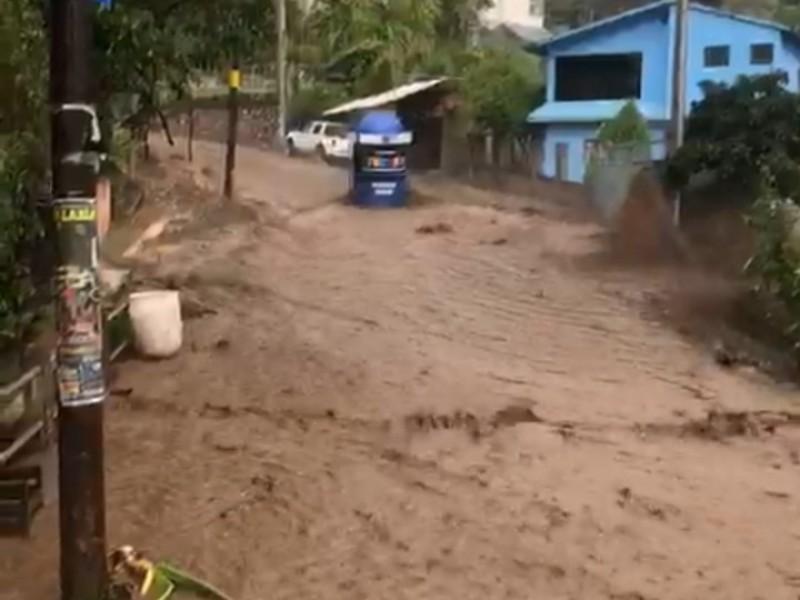 Desbordamiento de río deja daños en 5 casas de Etúcuaro