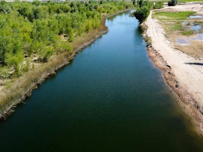 Descarga de agua fluye por el delta del Río Colorado