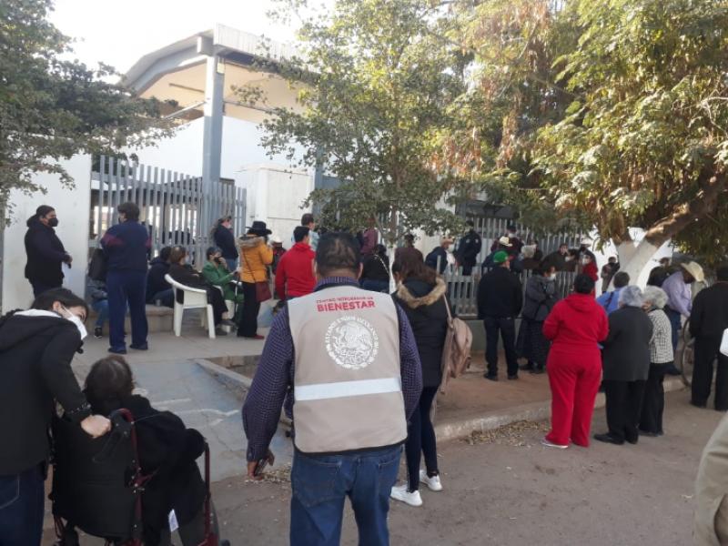 ¡Desde las 04:00am! largas filas por la vacuna en Etchojoa