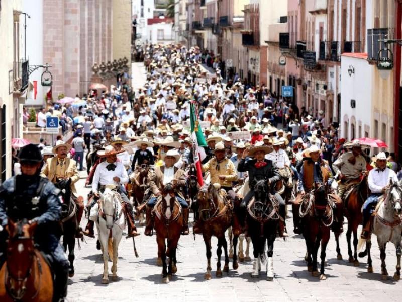 Desfila cabalgata Toma de Zacatecas por la capital
