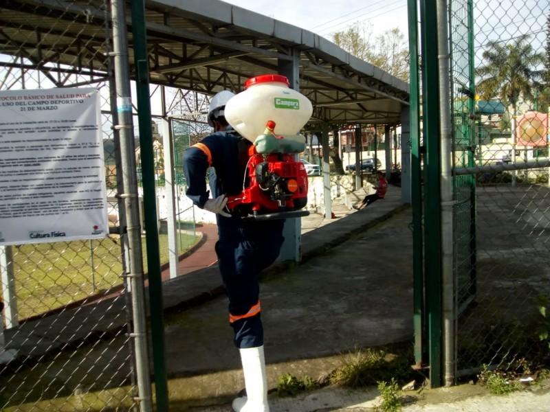 Desinfectan espacios deportivos en Xalapa
