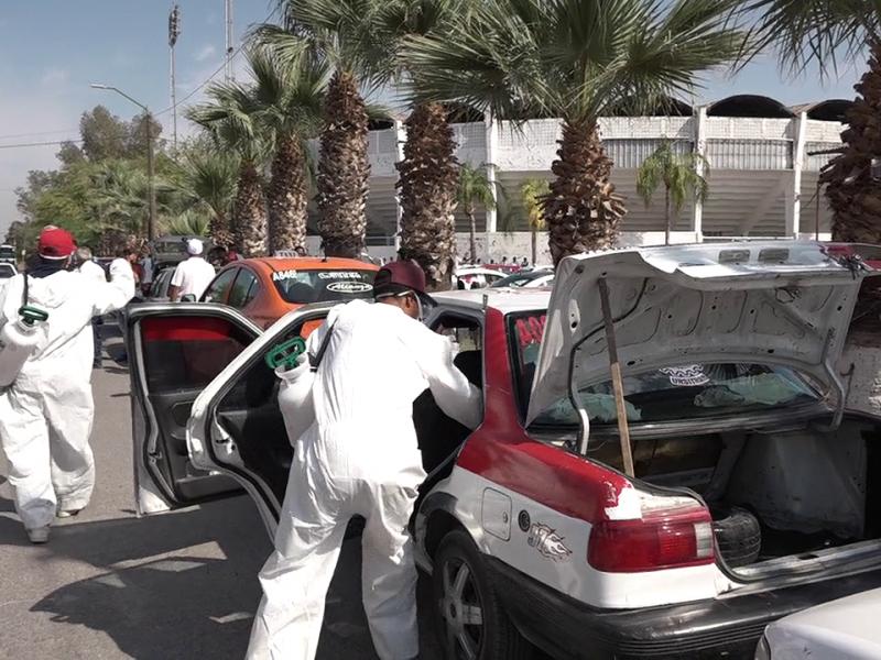 Desinfectan taxis y camiones en La Laguna de Durango