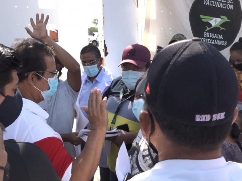 Desorganización causa inconformidad en sede de vacunación de Tehuantepec