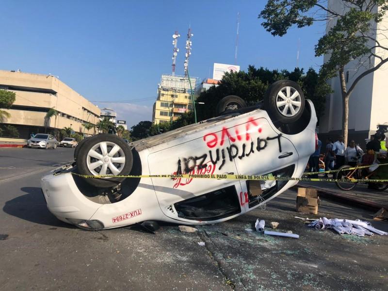 Normalistas destrozan vehículos en Tuxtla