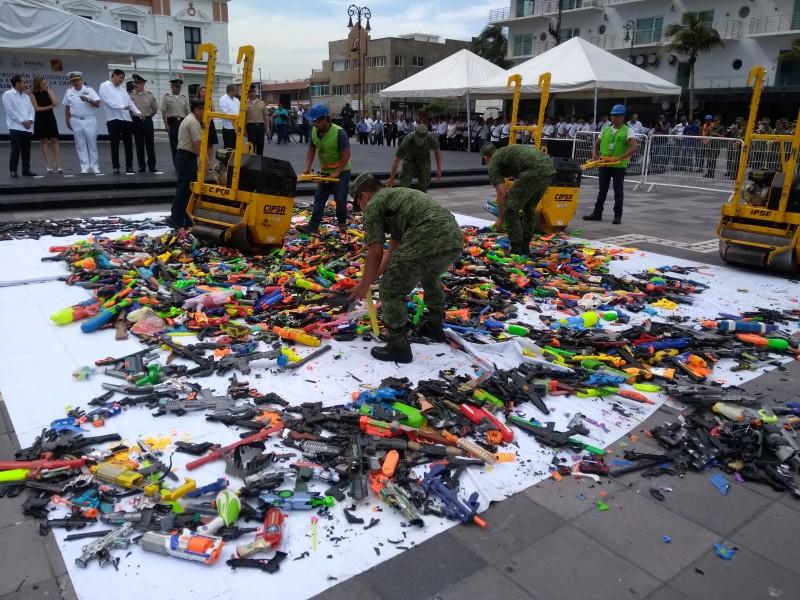 Destruyen juguetes réplicas de armas en Veracruz