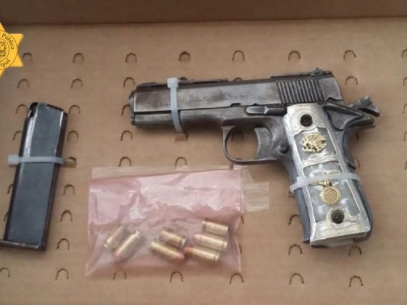 Detenidos por policías municipales con armas prohibidas