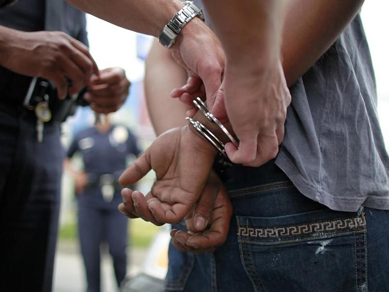 Detienen a chofer por robo y abuso sexual