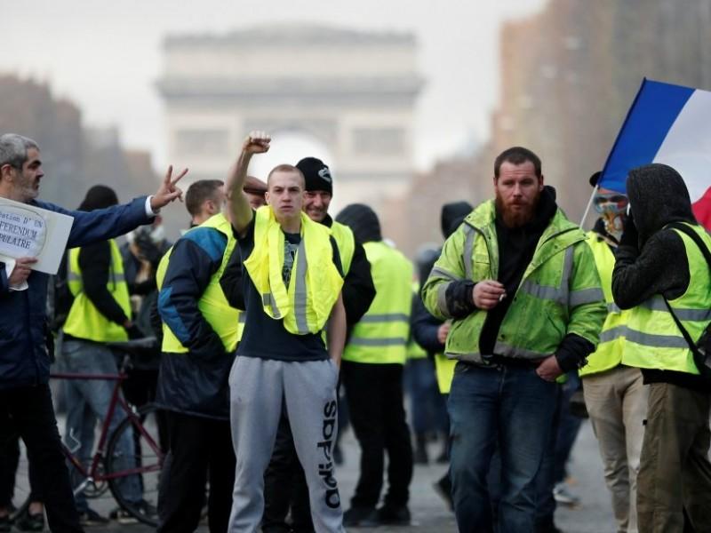 """Detienen a 175 """"chalecos amarillos"""" en París"""