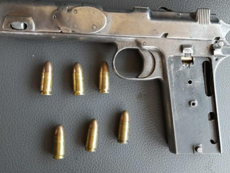 Detienen a dos hombres armados en Uruapan