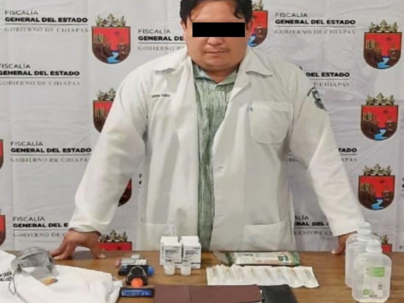 Detienen a falso doctor que aplicaba suero por vacunas Covid